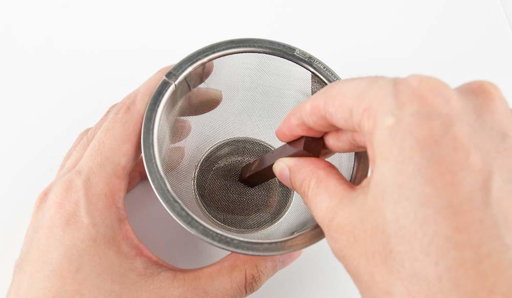 パステルを茶こしで粉にする