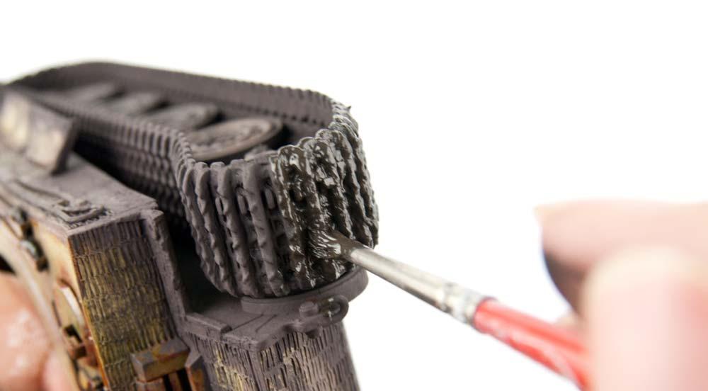 履帯に泥を塗る