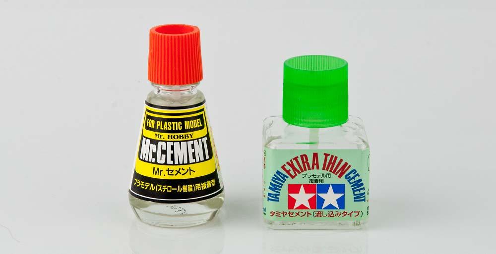 プラスチック用接着剤のパッケージ