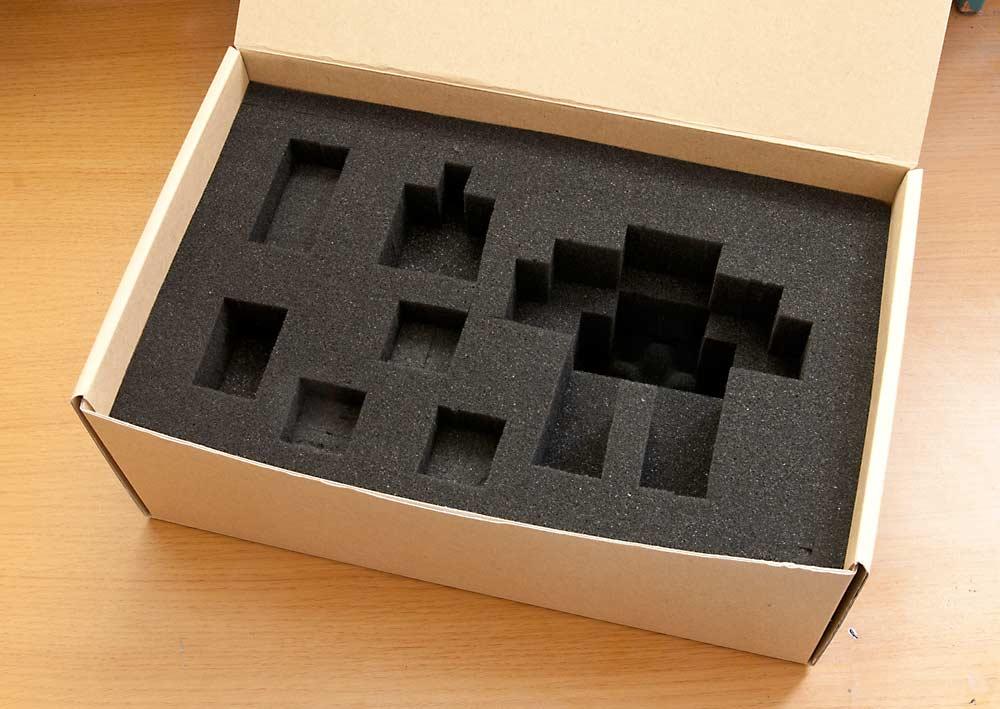 ウレタン材を箱に入れる
