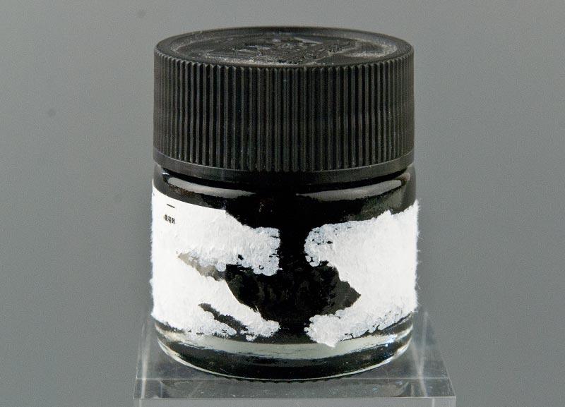 ラベルを剥がすのに失敗した塗料瓶