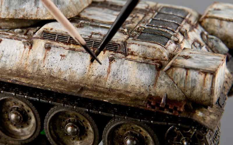 車体へのスパッタリング塗装作業