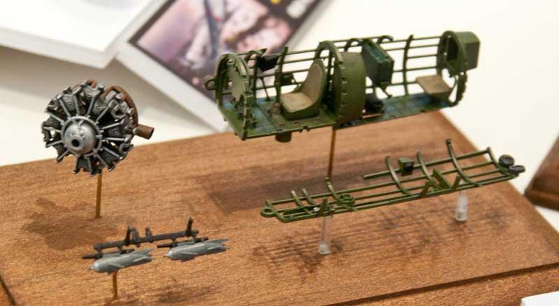 ファインモールド-九八式陸上偵察機一二型のコクピットとエンジン
