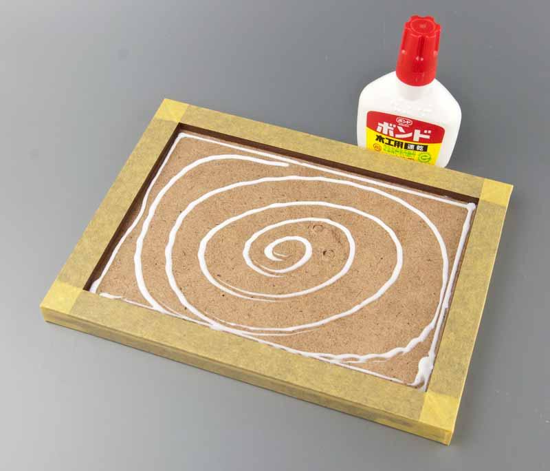 ベースに木工ボンドを塗布