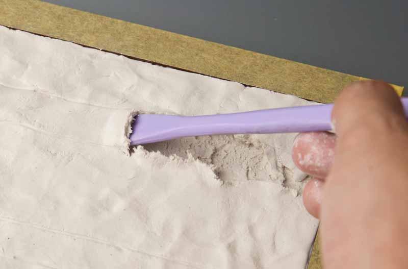 ヘラで轍を掘る作業